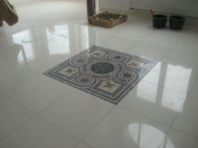 пол из плитки с декором