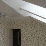 обои и глянцевый потолок