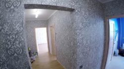 Оклейка стен фактурными обоями
