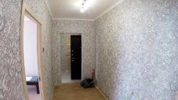 Оклейка стен фактурными обоями в коридоре