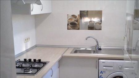 отделка кухни плиткой с декором