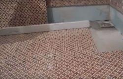 мозаичный пол в ванной комнате