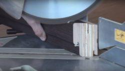 обрезка края бруска дверной коробки